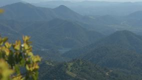 Καταπληκτική άποψη των πράσινων λόφων βουνών Φυσικό περιβάλλον Τόπος προορισμού τουριστών απόθεμα βίντεο