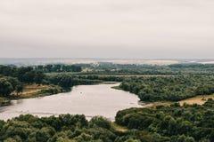 Καταπληκτική άποψη φύσης του πράσινου τοπίου δασών και φωτός του ήλιου στο α Στοκ Εικόνες