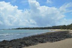 Καταπληκτική άσπρη παραλία άμμου με τους πολύτιμους βράχους λάβας στοκ εικόνα με δικαίωμα ελεύθερης χρήσης
