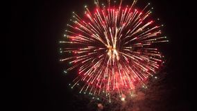 Καταπληκτική έκρηξη πυροτεχνημάτων στο νυχτερινό ουρανό κίνηση αργή 3840x2160 απόθεμα βίντεο