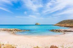 Καταπληκτική αμμώδης παραλία Xerokampos, Σητεία με τα τυρκουάζ νερά στο ανατολικό μέρος του νησιού της Κρήτης, Ελλάδα στοκ εικόνες με δικαίωμα ελεύθερης χρήσης