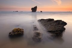 Καταπληκτική ανατολή πέρα από την παραλία αστουρίες Aguilar στοκ εικόνες