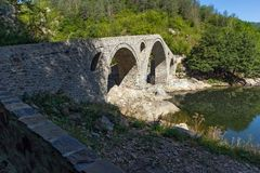 Καταπληκτική αντανάκλαση της γέφυρας διαβόλων ` s στον ποταμό Arda και το βουνό Rhodopes, Βουλγαρία Στοκ Φωτογραφία