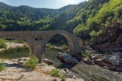 Καταπληκτική αντανάκλαση της γέφυρας διαβόλων ` s στον ποταμό Arda και το βουνό Rhodopes, Βουλγαρία Στοκ εικόνες με δικαίωμα ελεύθερης χρήσης