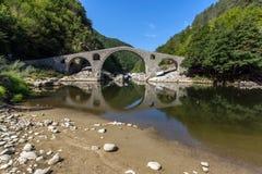 Καταπληκτική αντανάκλαση της γέφυρας διαβόλων ` s στον ποταμό Arda και το βουνό Rhodopes, Βουλγαρία Στοκ Εικόνες