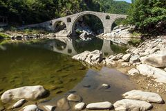 Καταπληκτική αντανάκλαση της γέφυρας διαβόλων ` s στον ποταμό Arda και το βουνό Rhodopes, Βουλγαρία Στοκ φωτογραφία με δικαίωμα ελεύθερης χρήσης