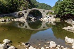 Καταπληκτική αντανάκλαση της γέφυρας διαβόλων ` s στον ποταμό Arda και το βουνό Rhodopes, Βουλγαρία Στοκ Εικόνα