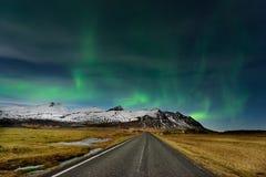 Καταπληκτική αυγή Borealis Το βόρειο φως στο βουνό στην Ισλανδία στοκ εικόνες