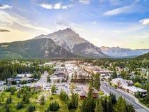 Καταπληκτική εικονική παράσταση πόλης Banff στα δύσκολα βουνά, Αλμπέρτα, Καναδάς Στοκ Φωτογραφία