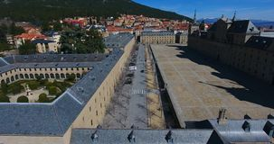 Καταπληκτική εναέρια άποψη από την κορυφή με μια ευρεία γωνία της EL Escorial, Μαδρίτη, Ισπανία Espana απόθεμα βίντεο