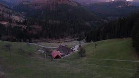 Καταπληκτική εναέρια άποψη σχετικά με το βουνό και τους ανθρώπους που κάθονται στον πάγκο, 4k απόθεμα βίντεο