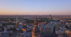 Καταπληκτική εναέρια άποψη του ηλιοβασιλέματος πέρα από την παλαιά πόλη της Ρήγας, Vecriga στη Λετονία φιλμ μικρού μήκους