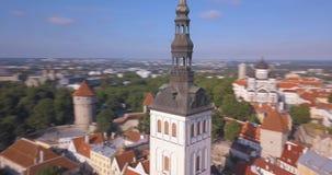 Καταπληκτική εναέρια άποψη του Ταλίν πέρα από την παλαιά πόλη κοντά στο κύριο τετράγωνο απόθεμα βίντεο