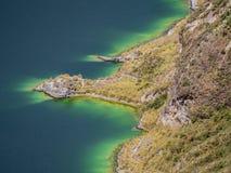 Καταπληκτική λεπτομέρεια της ακτής λιμνοθαλασσών Quilotoa, Ισημερινός Στοκ Φωτογραφία