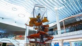 Καταπληκτική παιδική χαρά Timelapse με τα αεροπλάνα ταπήτων μεταξύ της λεωφόρου αγορών απόθεμα βίντεο