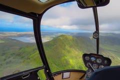 Καταπληκτική πτήση ελικοπτέρων πέρα από τα βουνά και τις λίμνες στο νησί Kauai, Χαβάη στοκ φωτογραφία με δικαίωμα ελεύθερης χρήσης