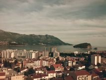 Καταπληκτική πόλη Budva, Μαυροβούνιο, Ευρώπη, πόλη, κτήρια, θάλασσα, νησί και βουνά στοκ εικόνες