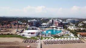 Καταπληκτική τοπ άποψη σχετικά με το τροπικό ξενοδοχείο πολυτελείας με την πισίνα στον κοντινό ωκεανό βίντεο Τοπ άποψη του ξενοδο στοκ φωτογραφίες με δικαίωμα ελεύθερης χρήσης