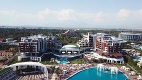 Καταπληκτική τοπ άποψη σχετικά με το τροπικό ξενοδοχείο πολυτελείας με την πισίνα στον κοντινό ωκεανό βίντεο Τοπ άποψη του ξενοδο στοκ φωτογραφία με δικαίωμα ελεύθερης χρήσης
