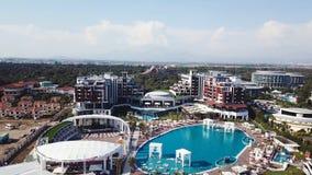 Καταπληκτική τοπ άποψη σχετικά με το τροπικό ξενοδοχείο πολυτελείας με την πισίνα στον κοντινό ωκεανό βίντεο Τοπ άποψη του ξενοδο στοκ εικόνες με δικαίωμα ελεύθερης χρήσης