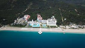 Καταπληκτική τοπ άποψη σχετικά με το τροπικό ξενοδοχείο πολυτελείας με την πισίνα στον κοντινό ωκεανό βίντεο Τοπ άποψη του ξενοδο στοκ εικόνες