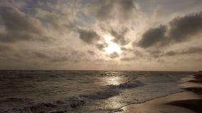 Καταπληκτική χρυσή άποψη σύννεφων ώρας και cavum στην ακτή με τα δραματικά ελαφριά αποτελέσματα και τον τρομερό ουρανό φιλμ μικρού μήκους