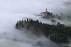 Καταπληκτική misty ανατολή πέρα από Aramaio την κοιλάδα Στοκ Φωτογραφία