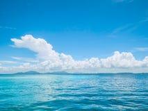 Καταπληκτικός ειδυλλιακός ωκεάνιος και όμορφος μπλε ουρανός στο χρόνο διακοπών, διακοπές στην παραλία στοκ εικόνες