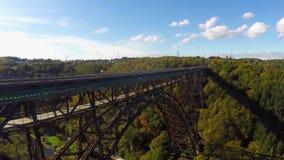 Καταπληκτικός εναέριος, τεράστιος σιδηρόδρομος Mungstener Brucke, παλαιός υψηλός γεφυρών απόθεμα βίντεο