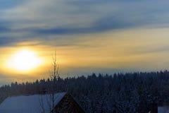 Καταπληκτικός ζωηρόχρωμος ουρανός επάνω από την ανθρώπινη τακτοποίηση στοκ φωτογραφία με δικαίωμα ελεύθερης χρήσης