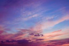 Καταπληκτικός ουρανός ηλιοβασιλέματος με τα σύννεφα Φωτεινός ουρανός ηλιοβασιλέματος χρωμάτων backgr Στοκ εικόνες με δικαίωμα ελεύθερης χρήσης