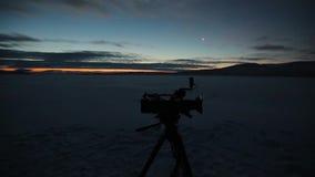 Καταπληκτικός ουρανός κινηματογραφήσεων σε πρώτο πλάνο το βράδυ, που συλλαμβάνει βιντεοκάμερα που στέκονται στη μέση του τομέα, σ απόθεμα βίντεο