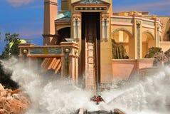 Καταπληκτικός παφλασμός στο ρόλερ κόστερ νερού Atlantis στο θεματικό πάρκο SeaWorld στοκ εικόνες