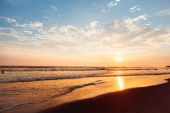 Καταπληκτικό ζωηρόχρωμο κόκκινο ηλιοβασίλεμα στα τροπικά νησιά όμορφο cloudscape πέρα από τη θάλασσα Σκιαγραφίες στον ήλιο Μπαλί, στοκ εικόνες με δικαίωμα ελεύθερης χρήσης