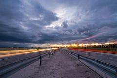 Καταπληκτικό ηλιοβασίλεμα στην εθνική οδό στοκ φωτογραφίες