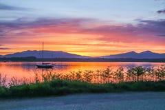 Καταπληκτικό ηλιοβασίλεμα στη λίμνη Linnhe με το νησί Shuna και Ardnamurchan στο υπόβαθρο, Argyll Στοκ Εικόνα
