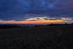 Καταπληκτικό ηλιοβασίλεμα στον τομέα με τον αερολιμένα Plana, μπλε ώρα, μακροχρόνιο EXPO στοκ φωτογραφίες