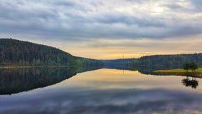 Καταπληκτικό ηλιοβασίλεμα στο φράγμα νερού Rimov, Czechia Στοκ Φωτογραφίες