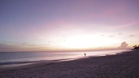 καταπληκτικό ηλιοβασίλ&ep Όμορφη παραλία άμμου του νησιού της Αρούμπα καραϊβικός απόθεμα βίντεο