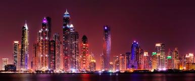 Καταπληκτικό πανόραμα νύχτας της μαρίνας του Ντουμπάι εμιράτα που ενώνονται αρα Στοκ Εικόνα