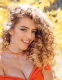 Καταπληκτικό πορτρέτο γυναικών Ξανθό πρότυπο με το hairstyle ελκυστικό θηλυκό στοκ φωτογραφίες με δικαίωμα ελεύθερης χρήσης