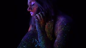 Καταπληκτικό πορτρέτο της όμορφης γυναίκας μόδας με την πορφυρή τρίχα στο UV φως νέου Πρότυπο κορίτσι με φθορισμού δημιουργικό απόθεμα βίντεο