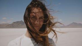 Καταπληκτικό πορτρέτο τρόπου ζωής κινηματογραφήσεων σε πρώτο πλάνο του ελκυστικού νέου χαμόγελου γυναικών με την πετώντας τρίχα κ απόθεμα βίντεο