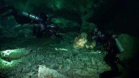 Καταπληκτικό σκάφανδρο που βουτά στις σπηλιές Yucatan cenotes υποβρύχιο στο Μεξικό φιλμ μικρού μήκους