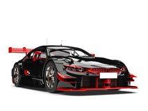 Καταπληκτικό σκοτεινό αγωνιστικό αυτοκίνητο με τις κόκκινες λεπτομέρειες Στοκ Φωτογραφία