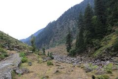 Καταπληκτικό τοπίο βουνών με τον ποταμό στοκ εικόνα με δικαίωμα ελεύθερης χρήσης