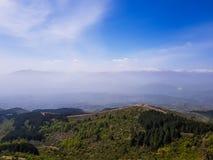 Καταπληκτικό τοπίο βουνών στο νεφελώδη ουρανό, φυσικό υπαίθριο υπόβαθρο ταξιδιού στοκ φωτογραφία με δικαίωμα ελεύθερης χρήσης