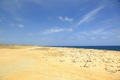 Καταπληκτικό τοπίο ερήμων πετρών, μπλε θάλασσα και μπλε ουρανός Στοκ φωτογραφία με δικαίωμα ελεύθερης χρήσης
