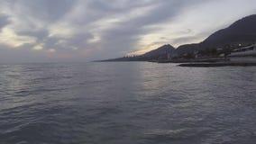 Καταπληκτικό τοπίο Μαύρης Θάλασσας, γραμμή ακτών, πράσινος λόφος στο ηλιοβασίλεμα με το νεφελώδη ουρανό απόθεμα βίντεο