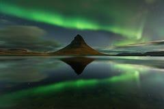 Καταπληκτικό τοπίο με τις πράσινες ζώνες της αυγής Borealis Snaefellnes, Ισλανδία στοκ εικόνες